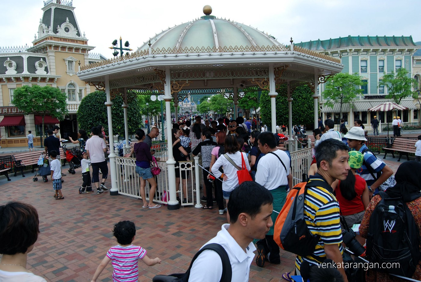 Queues for taking photographs were shorter in HK Disneyland compared to California Disneyland