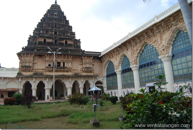 The view of the tall tower inside Tanjore palace