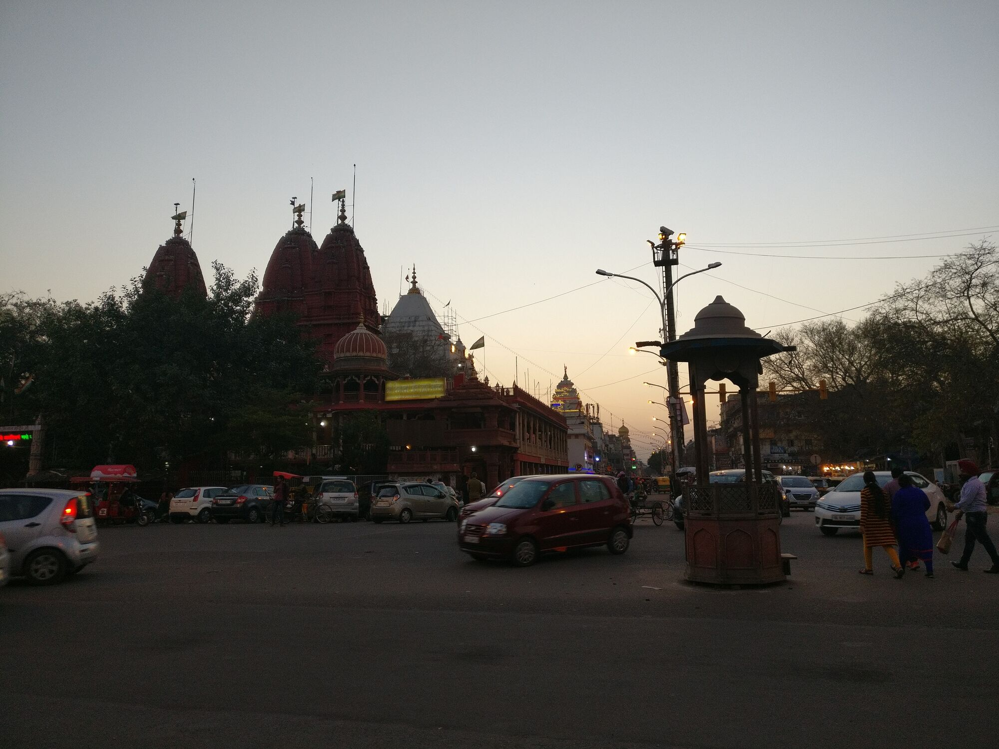 Opposite to Red Fort is the Chandni Chowk market, on left is the Shri Digambar Jain Lal Mandir.