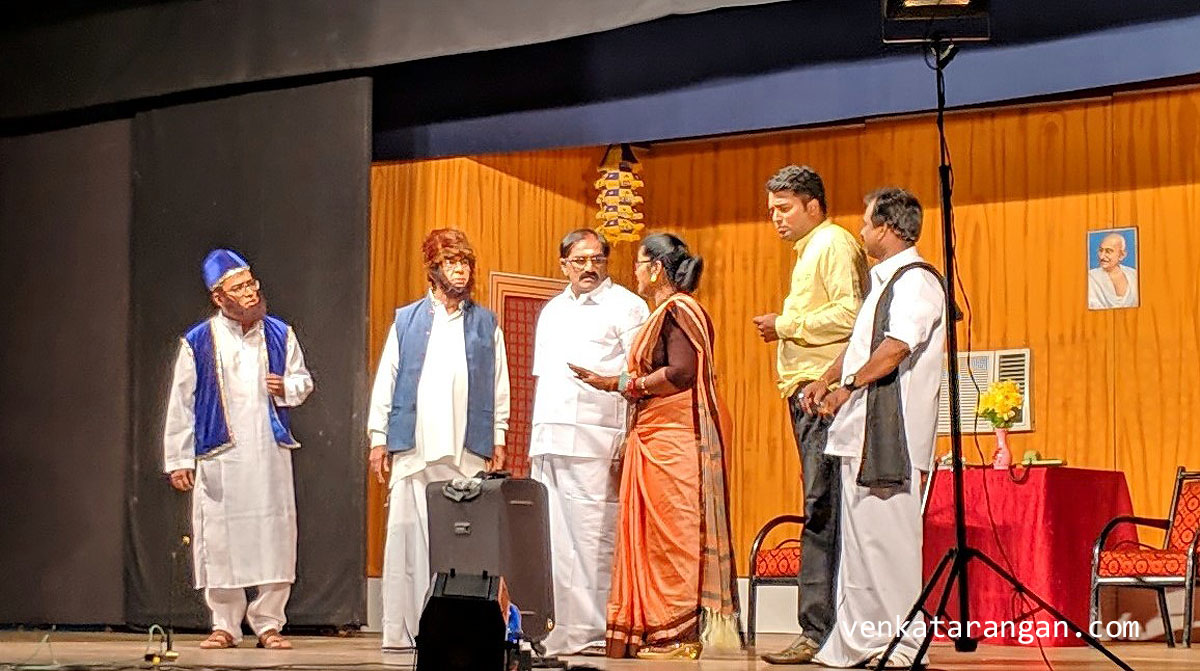 A scene where Tughluq as CM is receiving Rs. 10,000 Crores from the mega-alliance in Tamil Nadu, comprising the ruling party, opposition and the new actor party.
