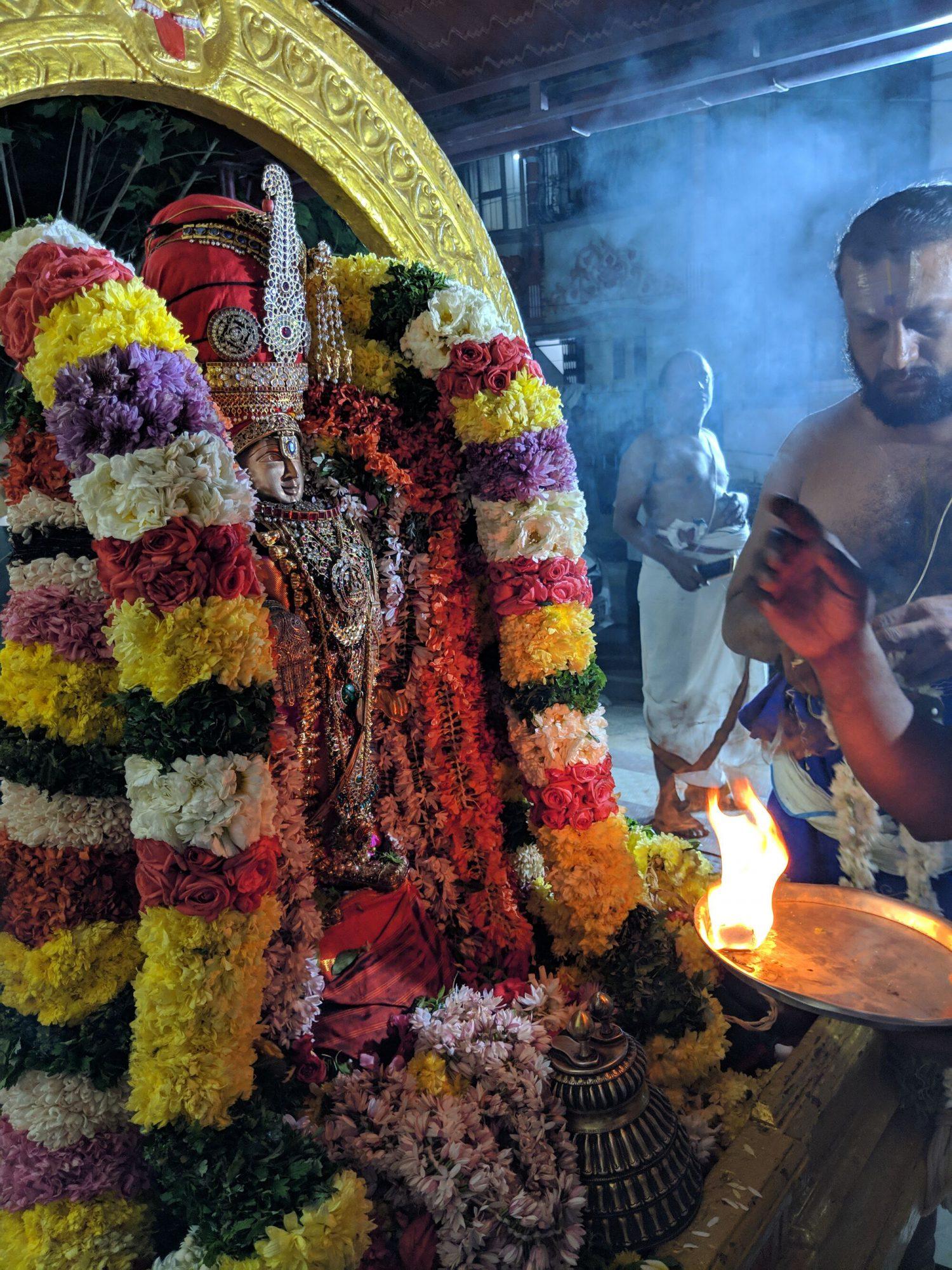 'உத்ஸவ மூர்த்தி' ஸ்ரீ ஸ்ரீநிவாச பெருமாளுக்கு ஆரத்தி