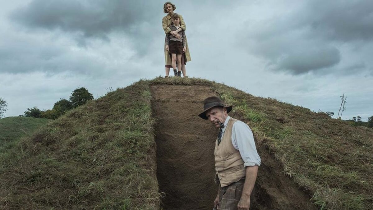 Carey Mulligan as Edith Pretty and Ralph Fiennes as Basil Brown in The Dig (2021)