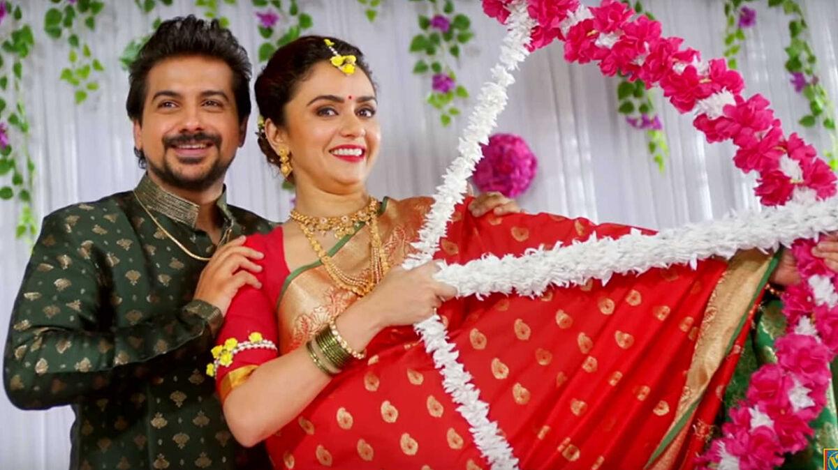 Pushkar Jog as Aditya and Amruta Khanvilkar as Meera